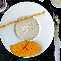 Oatmeal with coconut milk and mango + dry coconut