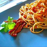 Spaghetti with sun dried tomatoes pesto