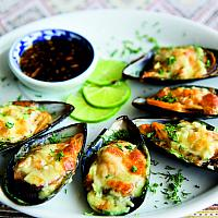 Mussels baked with cheese and garlic