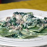 Ravioli ricotta e spinaci, panna salsiccia e spinaci freschi