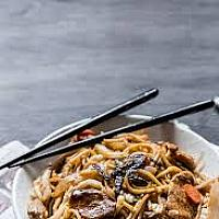 Yakisoba noodles with pork