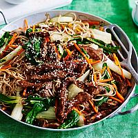 Yakisoba noodles with beef