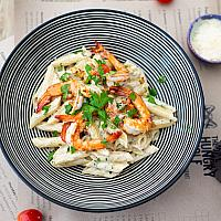 Penne with shrimps and creamy pesto sauce