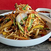 12 Chow Mein with King Prawns  (ผัดเส้นเหลืองกุ้ง)