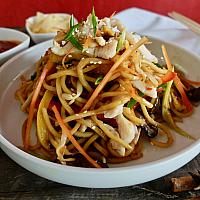 14 Chow Mein with Chicken Breast.  (ผัดเส้นเหลืองไก่)
