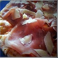 Pizza Crudo e Scaglie di Parmigiano