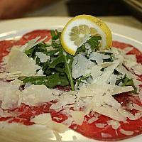 Carpaccio di Manzo con Rucola e Scaglie di Parmigiano