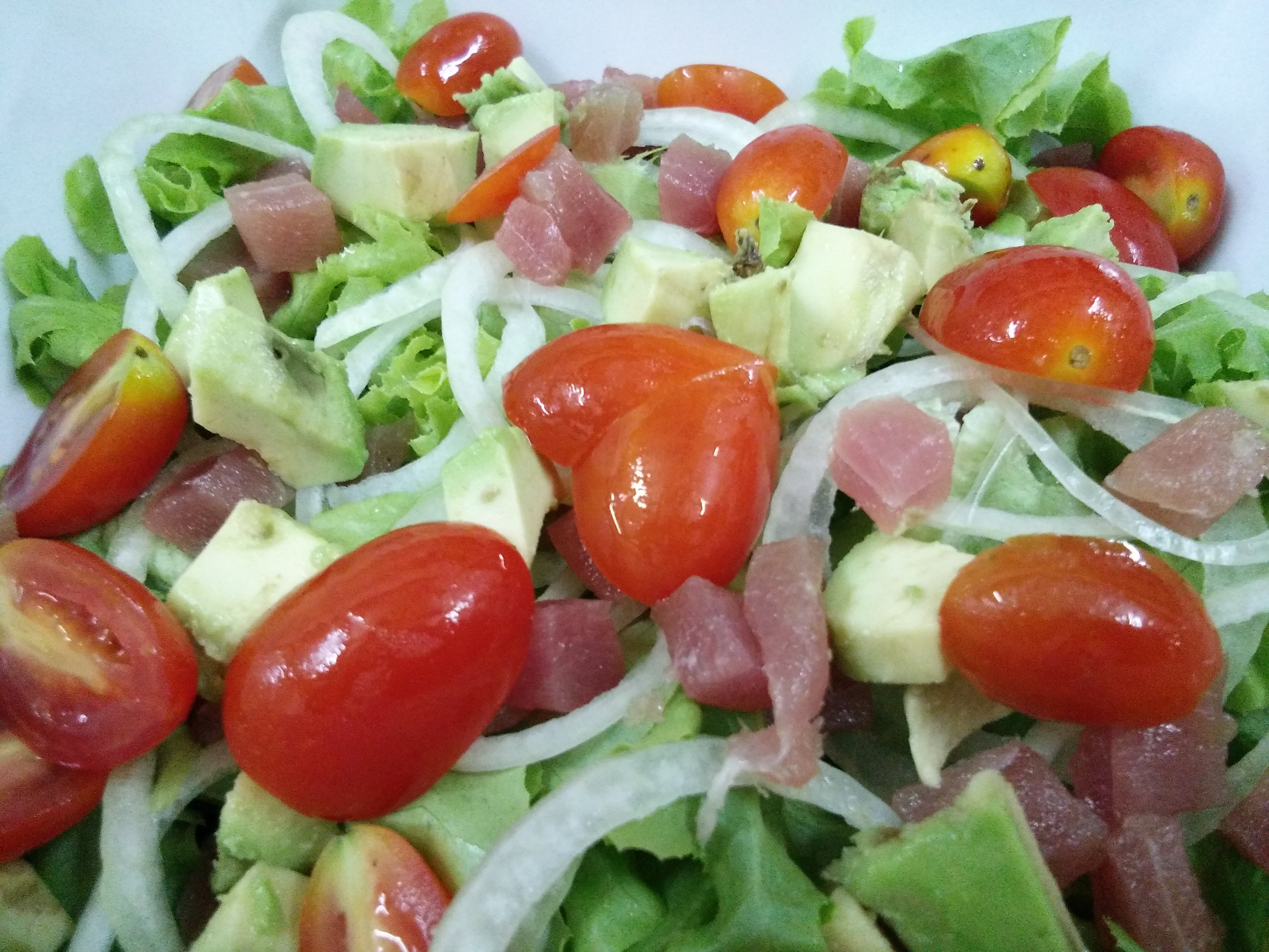 Green salad, avocado,onion,cherry tomato,red tuna