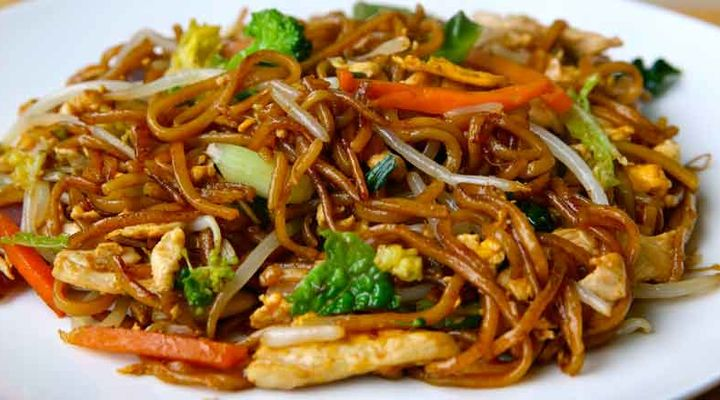 Stir fried yellow noodles with pork