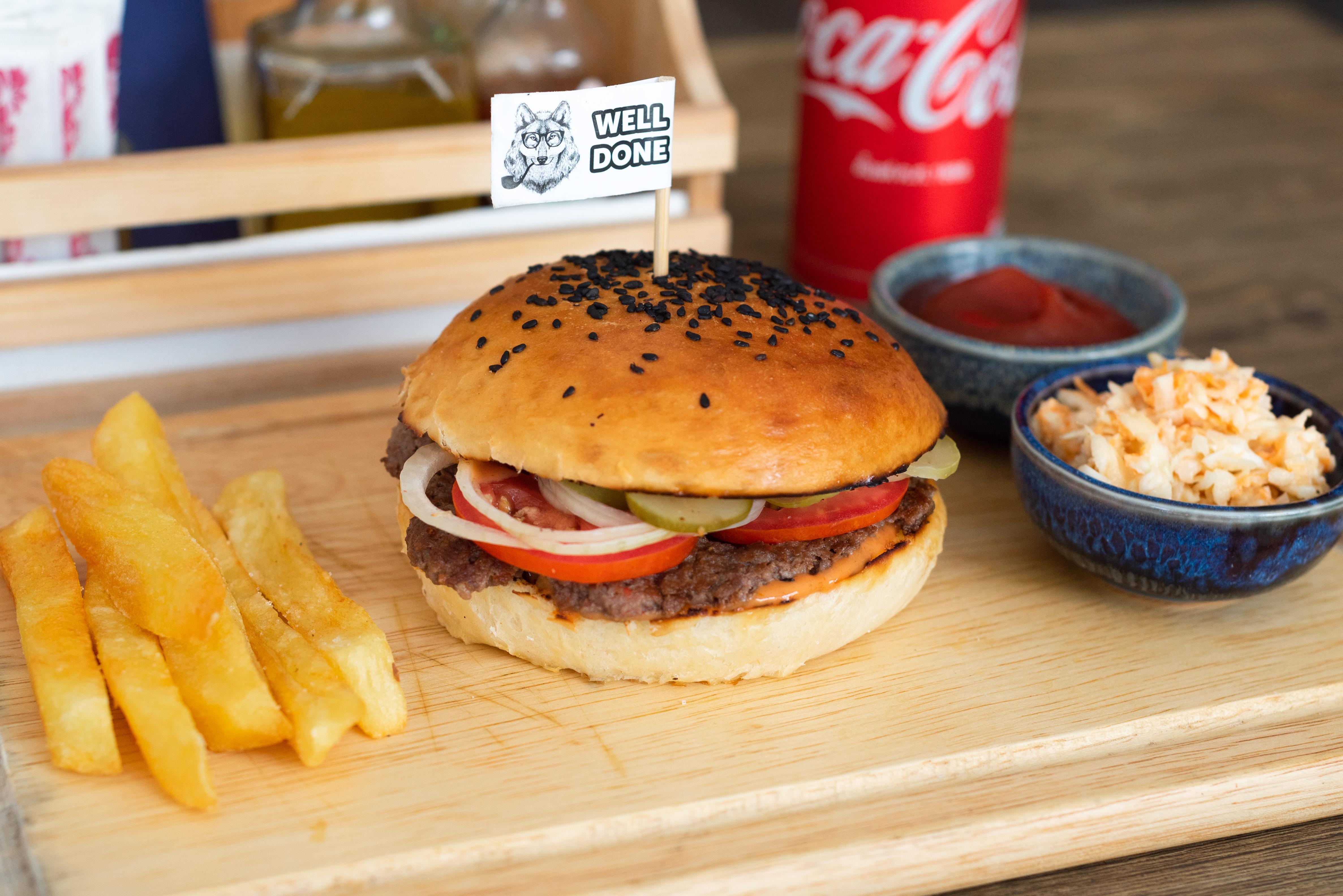 SET Basic burger + small fries + small coleslaw + coke